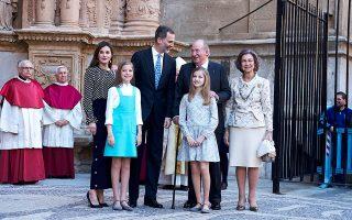 Μια ευτυχισμένη οικογένεια. Από αριστερά, η βασίλισσα Λετίθια, η ινφάντα Σοφία, ο βασιλιάς Φελίπε, ο επίτιμος βασιλιάς Χουάν Κάρλος, η διάδοχος Λεονόρ και η επίτιμη βασίλισσα Σοφία. Carlos Alvarez / Getty Images / Ideal Image