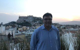 «Είχα δώσει μια υπόσχεση στον εαυτό μου, πως θα κοιτούσα την Ακρόπολη έστω και για μια στιγμή κάθε μέρα και τα χρόνια που ήμουν εδώ το τήρησα ευλαβικά!», λέει ο Τζον Κυριάκου με φόντο τον Ιερό Βράχο.