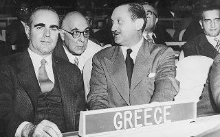Συζήτηση στον ΟΗΕ για το Κυπριακό, 12.11.1956. Ο Καραμανλής με τον υπ. Εξωτερικών Ευ. Αβέρωφ, ο οποίος συνομιλεί με τον Γιώργο Σεφέρη, διευθυντή τότε της Β΄ Πολιτικής Διεύθυνσης του υπουργείου Εξωτερικών.