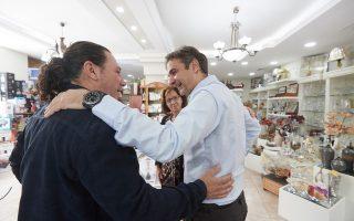 Ο πρόεδρος της Νέας Δημοκρατίας Κυριάκος Μητσοτάκης πραγματοποίησε περιοδεία στα Μέγαρα, το Σάββατο 21 Απριλίου 2018. Ο πρόεδρος της ΝΔ επισκέφθηκε επιχείρηση παραγωγής και εμπορίας οστρακοειδών, τον Πτηνοτροφικό Συνεταιρισμό Μεγάρων «Agrosyn», τον Αγροτικό Συνεταιρισμό Παραγωγών Κηπευτικών Μεγάρων, επιχείρηση εμπορίας αγροτικών και κηπευτικών προϊόντων αλλά και οινοποιείο της περιοχής. Ο κ. Μητσοτάκης περπάτησε στην πόλη των Μεγάρων και είχε την ευκαιρία να συνομιλήσει με πολλούς κατοίκους αλλά και καταστηματάρχες. ΑΠΕ-ΜΠΕ/ΓΡΑΦΕΙΟ ΤΥΠΟΥ ΝΔ/ΔΗΜΗΤΡΗΣ  ΠΑΠΑΜΗΤΣΟΣ