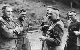 1944: Στελέχη του Αουσβιτς σε μια ανάπαυλα των καθηκόντων τους, δηλαδή της εξόντωσης ανθρώπων. Δεύτερος από αριστερά, ο Γιόζεφ Μένγκελε.