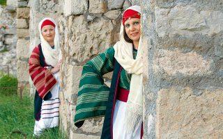 Η Κατερίνα Βασιλάκη και η Κωνσταντίνα Καζά, μέλη του πολιτιστικού συλλόγου, με τις παραδοσιακές τους φορεσιές. (Φωτογραφία: ΚΛΑΙΡΗ ΜΟΥΣΤΑΦΕΛΛΟΥ)