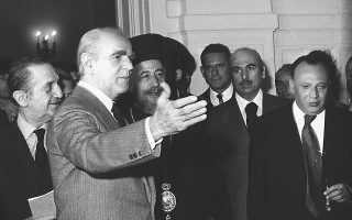 O Kαραμανλής υποδέχεται το 1976 τον πρόεδρο της Kύπρου, Aρχιεπίσκοπο Mακάριο.