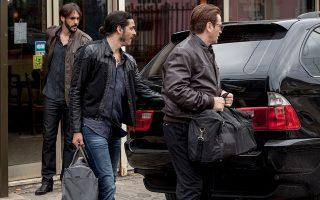 Φορτώνοντας τα (παράνομα) χρήματα στο πορτ μπαγκάζ του αυτοκινήτου, πριν η δράση κλιμακωθεί στο γαλλικό θρίλερ της εβδομάδας.