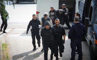 Τα μέλη της σπείρας των Γεωργιανών οδηγούνται στον εισαγγελέα. Στη Θεσσαλονίκη συνελήφθησαν συνολικά δεκαπέντε άτομα και στη Γαλλία πάνω από τριάντα.