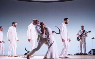 Τα λευκά ρούχα των πρωταγωνιστών έρχονται σε αντίθεση με την οδυνηρή και αιματοβαμμένη πλοκή της τραγωδίας.