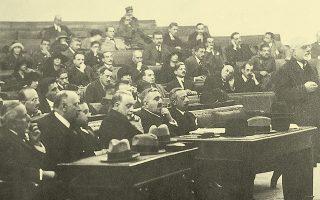 Αθήνα, Οκτώβριος 1922: Στιγμιότυπο από τη «Δίκη των Εξ» – όπως έμεινε στην Ιστορία από τον αριθμό των εκτελεσθέντων, αν και οι κατηγορούμενοι ήταν οκτώ. Στην πρώτη σειρά, τέταρτος από αριστερά ο Δημήτριος Γούναρης (φωτ. Ελληνικό Λογοτεχνικό και Ιστορικό Αρχείο).