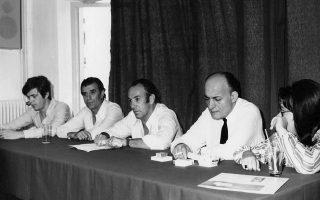 Από την παρουσίαση της «Επιστροφής» (1970), απόντος του Χατζιδάκι, ο οποίος έλειπε σε ταξίδι στην Αμερική. Από αριστερά: Δήμος Μούτσης, Γρηγόρης Μπιθικώτσης, Τάκης Β. Λαμπρόπουλος, Νίκος Γκάτσος, Δήμητρα Γαλάνη.
