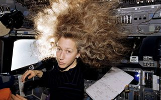 Η Μάρσα Ιβινς στον Διεθνή Διαστημικό Σταθμό, με την πλούσια κόμη της να επιπλέει λόγω έλλειψης βαρύτητας. Πέρασε συνολικά 55 ημέρες στο Διάστημα.
