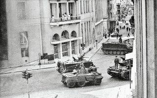 Αθήνα, 21 Απριλίου 1967, ώρα 9 το πρωί. Αρματα μάχης στη συμβολή των οδών Πειραιώς και Σωκράτους. Φωτογραφία τραβηγμένη από τα τότε γραφεία της «Κ».