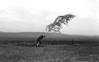 Ο Μαξ φον Σίντοφ σε μια σκηνή από την «Πηγή των παρθένων» (1959) του Μπέργκμαν. Φέτος συμπληρώνονται εκατό χρόνια από τη γέννηση του μεγάλου σκηνοθέτη.