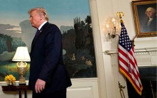 Οι ομοσπονδιακές έρευνες για τον Μάικλ Κόεν, τον άνθρωπο που βρέθηκε πιο κοντά από οποιονδήποτε άλλο στις προβληματικές επιχειρήσεις του Τραμπ, φέρνουν σε δύσκολη θέση τον Αμερικανό πρόεδρο.