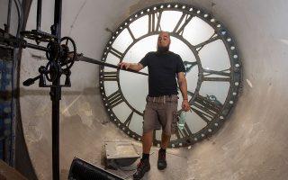 Ο ακούραστος Αμπντέλ Γκάφαρ κουρδίζει το γιγάντιο ρολόι του Καθεδρικού Ναού του Μοντεβιδέο. (Mauro PIMENTEL,Daniel LEAL-OLIVAS,MARCO BERTORELLO,Pablo PORCIUNCULA BRUNE/AFP PHOTO/Visualhellas.gr)