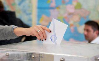 Το νομοσχέδιο θεσμοθετεί την απλή αναλογική στις αυτοδιοικητικές εκλογές και μειώνει τη θητεία των δημάρχων σε τέσσερα χρόνια.