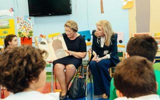 Η Σίσσυ Παυλοπούλου, σύζυγος του Προέδρου της Δημοκρατίας, διαβάζει ένα ωραίο παραμύθι στα παιδιά της ογκολογικής μονάδας, παρέα με τη Μαριάννα Βαρδινογιάννη.