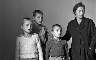 Φωτογραφία της Βούλας Παπαϊωάννου από τη δεκαετία του 1940. Συμβολίζει τα δεινά της εποχής και τις διαλυμένες οικογένειες.
