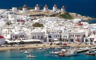 Οι τιμές στα ξενοδοχεία της Μυκόνου (φωτ.) και της Σαντορίνης, ειδικά στις κατηγορίες τριών και τεσσάρων αστέρων, είναι από τις υψηλότερες στη Μεσόγειο. Σύμφωνα με τα στοιχεία της Trivago, τον Μάρτιο, οι υψηλότερες μέσες τιμές στα πεντάστερα καταγράφονται στην ισπανική Ιμπιζα με 254 ευρώ το δωμάτιο την ημέρα. Στα τετράστερα, ακριβότερη είναι η Σαντορίνη με μέση τιμή 193 ευρώ έναντι 148 ευρώ πέρυσι. Στην κατηγορία τριών αστέρων, η μέση τιμή διαμορφώθηκε στα 98 ευρώ στη Σαντορίνη και στη Μύκονο στα 96 ευρώ.