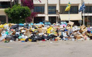 Τραγική είναι η κατάσταση που επικρατεί το τελευταίο δίμηνο στο Αίγιο και στις γύρω κωμοπόλεις. Τα σκουπίδια έχουν σχηματίσει παντού λόφους, καθώς η χωματερή της περιοχής έκλεισε, η οσμή είναι έντονη και οι κάτοικοι ανησυχούν για τις επιπτώσεις στη δημόσια υγεία.