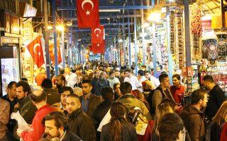 Καταφύγιο στον χρυσό βρίσκουν οι Τούρκοι αποταμιευτές προκειμένου να διασφαλίσουν την αξία των χρημάτων τους, που μειώνεται καθημερινά υπό το βάρος ενός διψήφιου πληθωρισμού που αγγίζει το 11% και ενός νομίσματος σε ελεύθερη πτώση. Στη διάρκεια του πρώτου τριμήνου, η ζήτηση για χρυσό αυξήθηκε στη γειτονική χώρα κατά 34%, με τις πωλήσεις του χρυσού να φτάνουν σε αξία τα 965 εκατ. δολάρια.
