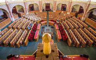 Τεχνικοί εργάζονται για την ανακαίνιση της ουγγρικής Βουλής.