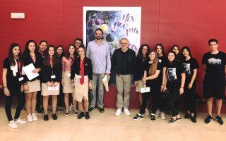Ο Φραγκίσκος Αλβέρτης και ο Νίκος Πορτοκάλογλου με τους μαθητές του «Πες μου μια ιστορία».