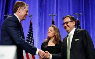 Ο εμπορικός αντιπρόσωπος των ΗΠΑ Ρόμπερτ Λάιτθαϊζερ (αριστερά) ανταλλάσσει χειραψία με τον υπουργό Οικονομικών του Μεξικού Ιλδεφόνσο Γουαχάρδο Βιγιαρέαλ, υπό το βλέμμα της Καναδής υπουργού Εξωτερικών Υποθέσεων Κρίστια Φρίλαντ.