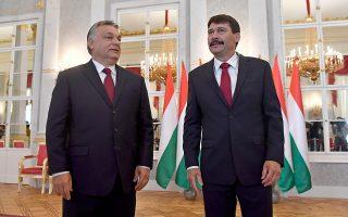 Ο Ούγγρος πρόεδρος Γιάνος Αντερ (δεξιά) υποδέχεται τον πρωθυπουργό της χώρας, Βίκτορ Ορμπαν, στα ανάκτορα του Αλεξάνδρου στη Βουδαπέστη.