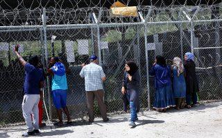 Πρόσφυγες περιμένουν να καταγραφούν στο hotspot της Μόριας.