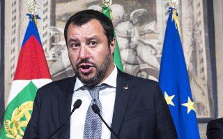 Ο Ματέο Σαλβίνι κάνει δηλώσεις στο προεδρικό μέγαρο.