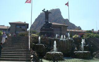 Αφιόν Καραχισάρ. Στην κεντρική πλατεία της πόλης, στη σκιά του μεγάλου μαύρου βράχου, δεσπόζει το μνημείο του τουρκικού Αγώνα της Ανεξαρτησίας.