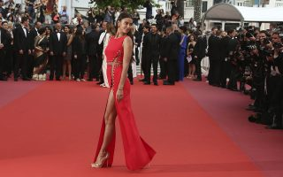 Κόκκινο 1. Με ένα τέτοιο φόρεμα που ένωνε τα κενά με παραμάνες έκανε αρχή στην καριέρα της η Elizabeth Hurley. Με ένα τέτοιο φόρεμα μάγεψε τον φωτογραφικό φακό το μοντέλο Irina Shayk στο κόκκινο χαλί των Καννών.  (Photo by Joel C Ryan/Invision/AP)