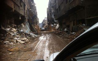Στη φωτογραφία, μια γεύση από την ολοκληρωτική καταστροφή στον καταυλισμό Γιαρμούκ από το αυτοκίνητο που μετέφερε τους απεσταλμένους μας στη γραμμή του μετώπου.