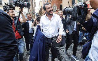 Σύμφωνα με δημοσκόπηση της «Ρεπούμπλικα», ο Ματέο Σαλβίνι (φωτ.) έχει ξεπεράσει σε δημοτικότητα τον Λουίτζι ντι Μάιο με 44% έναντι 37%.