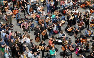 Φιλόμουσοι Πολωνοί. Οχι μερικές εκατοντάδες αλλά μερικές χιλιάδες συγκεντρώθηκαν μαζί με τις κιθάρες τους για να παίξουν, τί άλλο; Jimi Hendrix. Στην πλατεία της Αγοράς  βρέθηκαν 7.411 μουσικοί που έπαιξαν όλοι μαζί το Hey Joe, σπάζοντας το Παγκόσμιο Ρεκόρ Γκίνες. Agencja Gazeta/Krzysztof Cwik