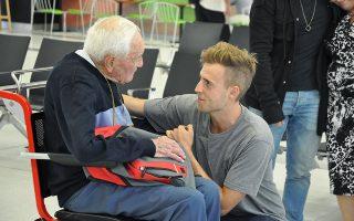 """Καιρός να φεύγω. Ο ακαδημαϊκός  David Goodall χαιρετά τον εγγονό του στο αεροδρόμιο του Πέρθ λίγο πριν φύγει για την Ελβετία όπου θα υποβληθεί σε ευθανασία. Ο 104 ετών ενεργός επιστήμονας που δεν έχει κάποια ανίατη ασθένεια δήλωσε στο ABC στα γενέθλιά του ¨Δεν είμαι χαρούμενος. Θέλω να πεθάνω"""". Η απόφασή του ξεσήκωσε αντιδράσεις και συζητήσεις στην Αυστραλία για το δικαίωμα των πολιτών στην ευθανασία, όπως ο ίδιος δήλωσε ότι θα ήταν """"δικαίωμά του ως πολίτης"""". Στο ταξίδι του αυτό συμμετείχαν διάφορες οργανώσεις βοηθώντας τον υπερήλικα να ταξιδέψει από την Αυστραλία στην Γαλλία για να χαιρετήσει την οικογένεια του και να μεταβεί στην Ελβετία στις 10 Μαΐου για να δώσει τέλος στην ζωή του. EPA/SOPHIE MOORE"""