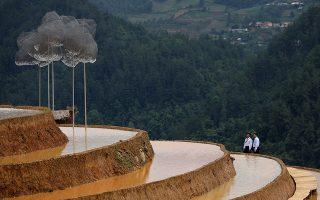 Τέχνη στους ορυζώνες. Στην αρχή η εγκατάσταση Crystal Cloud είχε σκοπό να παραμείνει για 5 ολόκληρους μήνες με σκοπό την προσέλκυση τουριστών. Ομως οι κάτοικοι της κοινότητας La Pan Tan στην Mu Cang Xhai  στο Βιετνάμ ανησύχησαν ότι το έργο των δυο καλλιτεχνών και θα επιβαρύνει το περιβάλλον και έτσι σε δυο μόλις εβδομάδες θα ξηλωθεί.EPA/LUONG THAI LINH
