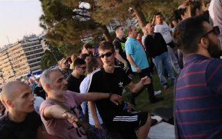 Ο μεσήλικας με το ροζ μπλουζάκι που λογομάχησε με τον Μπουτάρη πριν περικυκλωθεί από το πλήθος, περιστοιχισμένος στο βάθος από τον 20χρονο που τον χτύπησε πρώτος και δικάστηκε στη Θεσσαλονίκη και έναν νεαρό (με μπλούζα Adidas), που αργότερα τον κλώτσησε, ενώ ήταν πεσμένος.