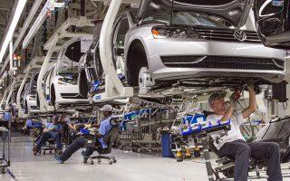 Εάν η Ουάσιγκτον επιβάλει δασμούς στις εισαγωγές ξένων αυτοκινήτων, θα καταφέρει πλήγμα στις γερμανικές αυτοκινητοβιομηχανίες, που κατακλύζουν την αμερικανική αγορά. Η πιθανότητα μιας τέτοιας εξέλιξης οδήγησε σε πτώση τις μετοχές των BMW, Daimler και Volkswagen.