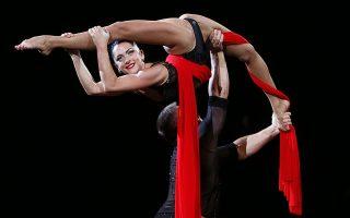 Σπασμένη κούκλα. Σε μαύρο και κόκκινο το ζευγάρι των ακροβατών που συμμετείχε στο σόου του Εθνικού Τσίρκου της Ουκρανίας. AP Photo/Efrem locusca