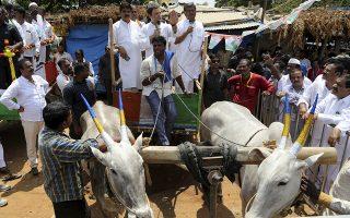 Πολιτικά 1. Πριν τα μπαλκόνια και τις εξέδρες υπήρχαν οι καρότσες. Ετσι ο Rahul Gandhi της πολιτικής δυναστείας της Ινδίας, εκφωνεί τον λόγο του πάνω σε μία, με σκοπό να πείσει τους συμπολίτες του να τον υποστηρίξουν στις επικείμενες εκλογές στις 12 Μαίου. (AP Photo/Aijaz Rahi)
