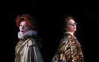 Η Ελενα Κελεσίδη στον κεντρικό ρόλο της Εμίλια Μάρτι, αλλά και στα πολλαπλά πρόσωπα που αποκτά μέσα στους αιώνες, στην όπερα του Λέος Γιάνατσεκ «Υπόθεση Μακρόπουλου».