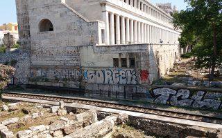 Η Στοά του Αττάλου έχει πέσει θύμα βανδαλισμού επανειλημμένως. Μάλιστα, οι συντηρητές της Εφορείας Αρχαιοτήτων Πόλης Αθηνών τρέχουν κάθε τόσο να καθαρίσουν στις 4 το πρωί.