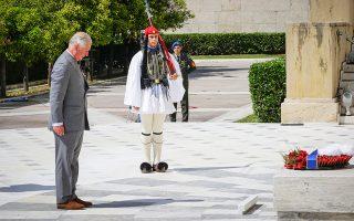 «Εχω μόνο θερμά λόγια να πω για τη μακρά σχέση των δύο χωρών μας», δήλωσε ο πρίγκιπας της Ουαλλίας, Κάρολος, ο οποίος κατέθεσε στεφάνι στο μνημείο του Αγνωστου Στρατιώτη. Στο δείπνο που παρέθεσε προς τιμήν του, ο Πρόεδρος της Δημοκρατίας εξέφρασε την ελπίδα «ότι η επιστροφή των Γλυπτών του Παρθενώνα θα ευοδωθεί».