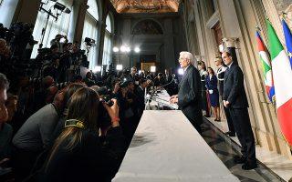 Η αιφνιδιαστική προσέγγιση μεταξύ των δύο κομμάτων ήρθε ενώ ο Ιταλός πρόεδρος Σέρτζιο Ματαρέλα ετοιμαζόταν να ανακοινώσει τη σύσταση υπηρεσιακού σχήματος με προοπτική νέων εκλογών.