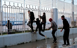 Mαχαιρώματα, τραυματισμοί κα συμπλοκές σημειώνονται μεταξύ των δύο ομάδων στις οποίες έχουν χωριστεί οι μετανάστες.