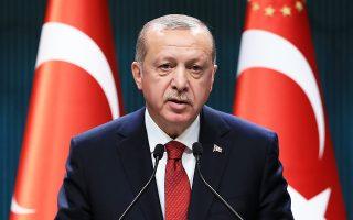 Από τις πρώτες ανακοινώσεις μετά την ολοκλήρωση της συνάντησης του Ταγίπ Ερντογάν με τα μέλη του οικονομικού του επιτελείου, η τουρκική λίρα άρχισε εκ νέου να διολισθαίνει, φτάνοντας στις 4,31 λίρες προς ένα δολάριο. Η τουρκική προεδρία έκανε λόγο για μέτρα που «θα μειώσουν τις πιέσεις από τα επιτόκια και τη συναλλαγματική ισοτιμία και θα καταπολεμήσουν τον πληθωρισμό».