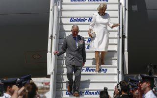 Ο πρίγκιπας της Ουαλίας (Α) και η Δούκισσα της Κουρνουάλης (Δ) φτάνουν με το βασιλικό αεροσκάφος της Μεγάλης Βρετανίας στο αεροδρόμιο Ελευθέριος Βενιζέλος της Αθήνας, Σπάτα Τετάρτη 9 Μαΐου 2018.  ΑΠΕ-ΜΠΕ/ΑΠΕ-ΜΠΕ/ΓΙΑΝΝΗΣ ΚΟΛΕΣΙΔΗΣ
