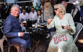 Το πριγκιπικό ζεύγος δοκίμασε διάφορους καφέδες, δίχως... καλαμάκι, αφού ο Κάρολος είναι γνωστός για τις οικολογικές ευαισθησίες του.