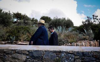 Ο Υπουργός εξωτερικών Νίκος Κοτζιάς,περπατά στον κήπο του ξενοδοχείου,λίγο πρίν την συνάντησή του με τον Σκοπιανό ομόλογό του και τον ειδικό διαμεσολαβητή του ΟΗΕ Μάθιου Νίμιτς, Σάββατο 12 Μαϊου 2018  (EUROKINISSI/ΤΑΤΙΑΝΑ ΜΠΟΛΑΡΗ)