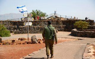 Ισραηλινός στρατιώτης περιπολεί στο κατεχόμενο από τη χώρα του τμήμα των Υψωμάτων του Γκολάν, κοντά στα σύνορα με τη Συρία.